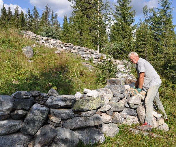 Jan Schwencke bygger steingjerde